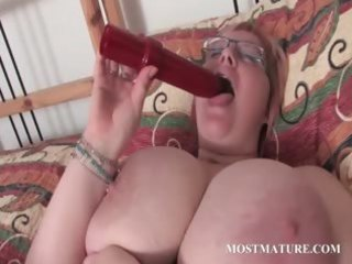 aged big beautiful woman vibrating her sexually